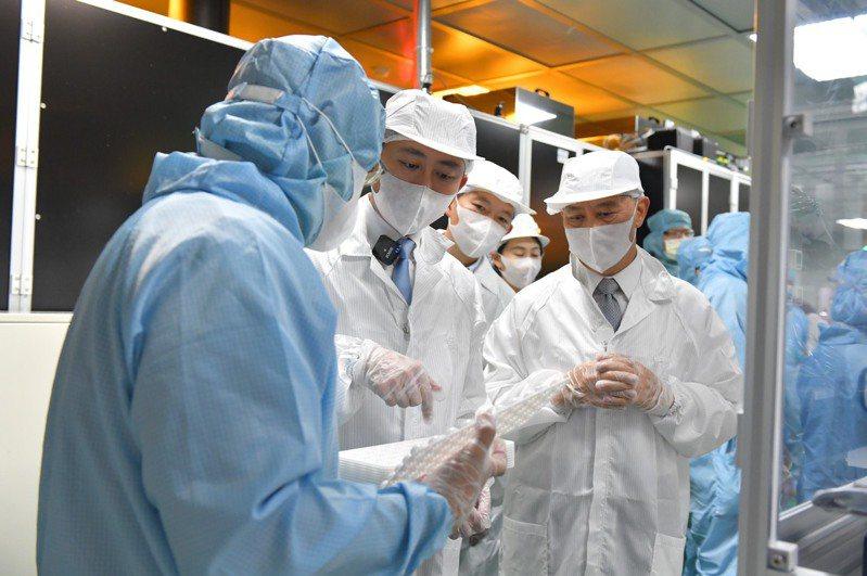 新竹市長林智堅今化身研究員參訪全台唯二可「量產」矽水膠隱形眼鏡的亮點光學實驗室。圖/新竹市政府提供