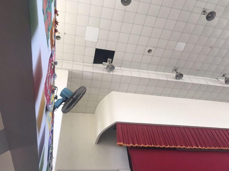 新竹縣竹北國小蔡姓總務主任日前從活動中心天花板(圖左上)摔落,送醫不治。圖/記者陳斯穎/翻攝