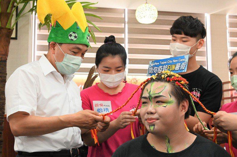 因應不能出國,今年新北市推出「Fun暑假遊學去系列體驗營」,讓學生體驗非洲、印尼、菲律賓、韓國等不同文化的時尚造型美感。 圖/新北市教育局提供