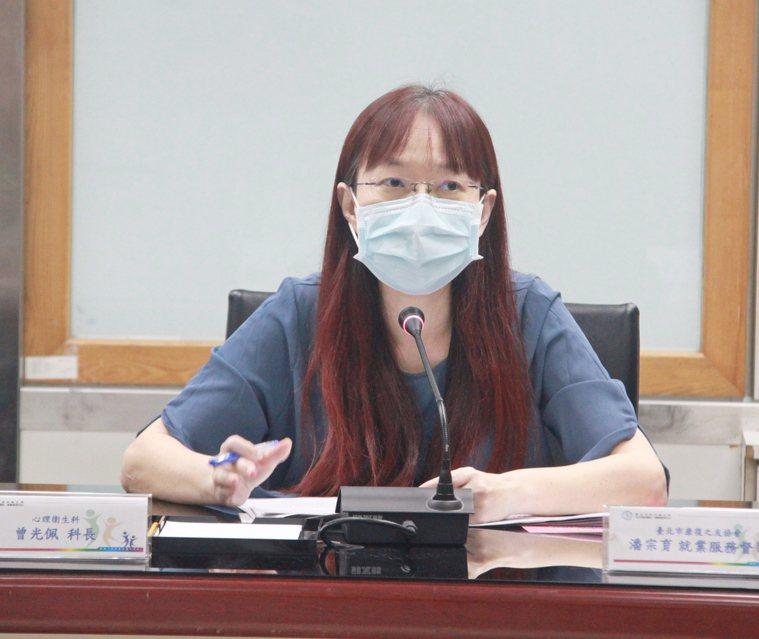 台北市衛生局心理衛生科長曾光佩說,民眾要利用「+1」來關心自己也關懷他人。圖/北...