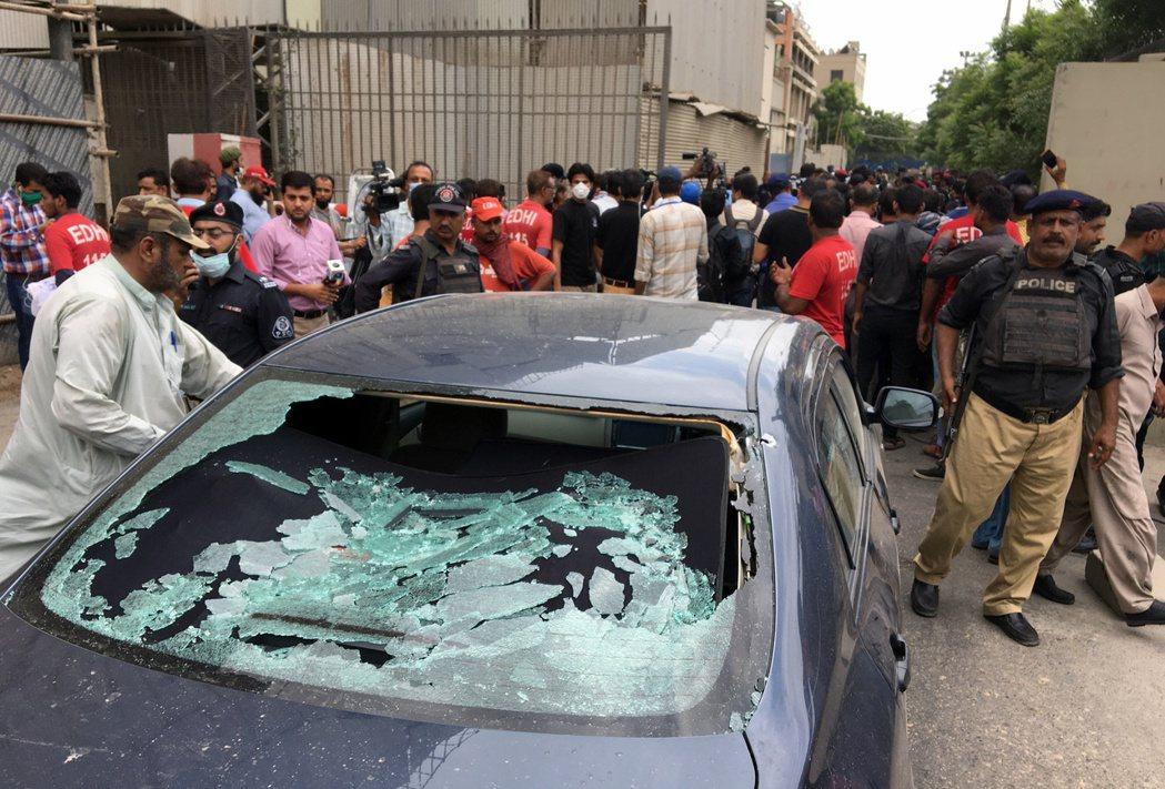 巴基斯坦便衣警察29日搜查喀拉蚩巴國證交所攻擊現場。(路透)