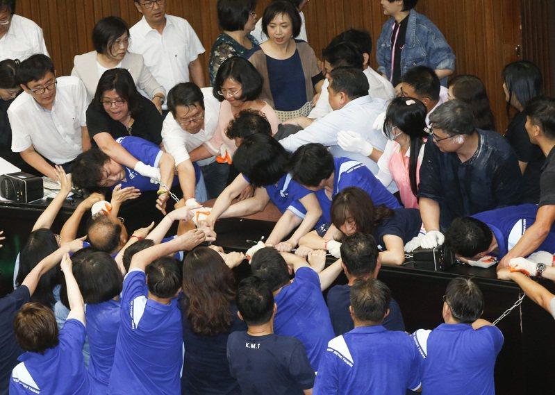 國民黨團昨天突襲占據立法院議場,以「反對酬庸、退回陳菊」為訴求,要求退回監察院人事案,民進黨立委今天展開反攻,花了約一小多時奪回主席台。記者鄭超文/攝影