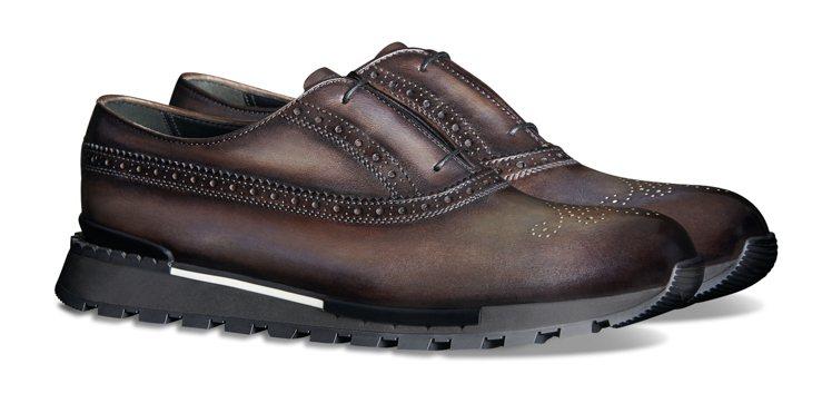 具有Berluti經典「Patina」刷色皮革的皮鞋,但大底改為運動鞋底,兼具行...