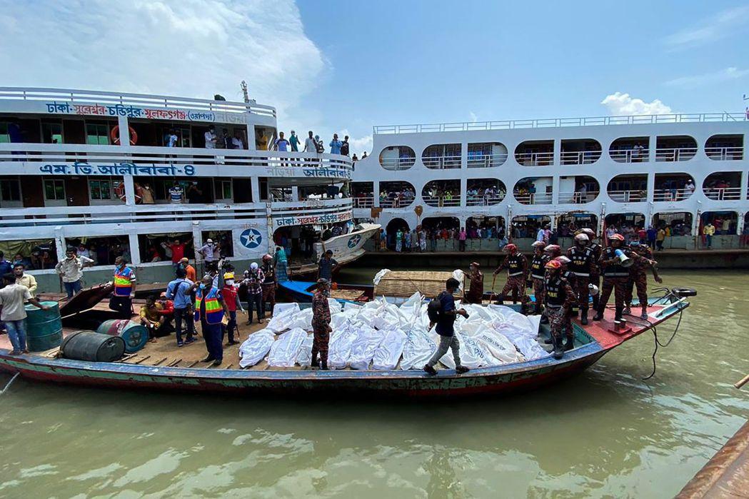 孟加拉搜救人員將渡輪事故罹難者遺體帶上小船。(法新社)