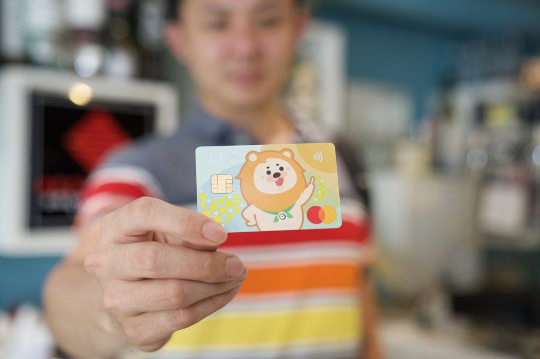 振興券選一銀卡,最優享35.3%回饋。第一銀行/提供