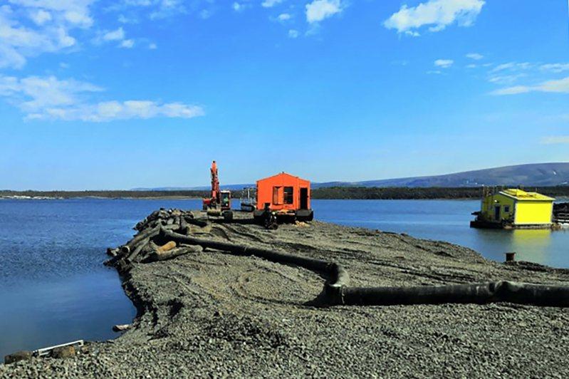 諾里爾斯克鎳公司上月才爆漏油事件,這次又傳出將廢水排入北極苔原。(法新社)