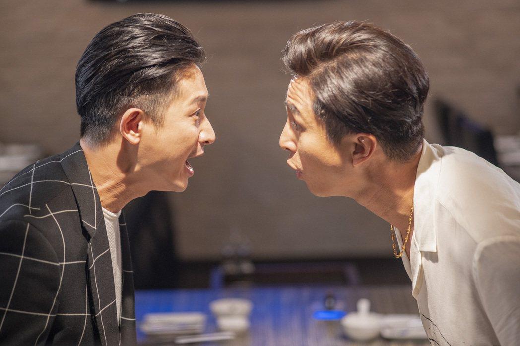 Darren(左)與王少偉在「我的婆婆怎麼那麼可愛」中為媽媽相爭。圖/公視提供