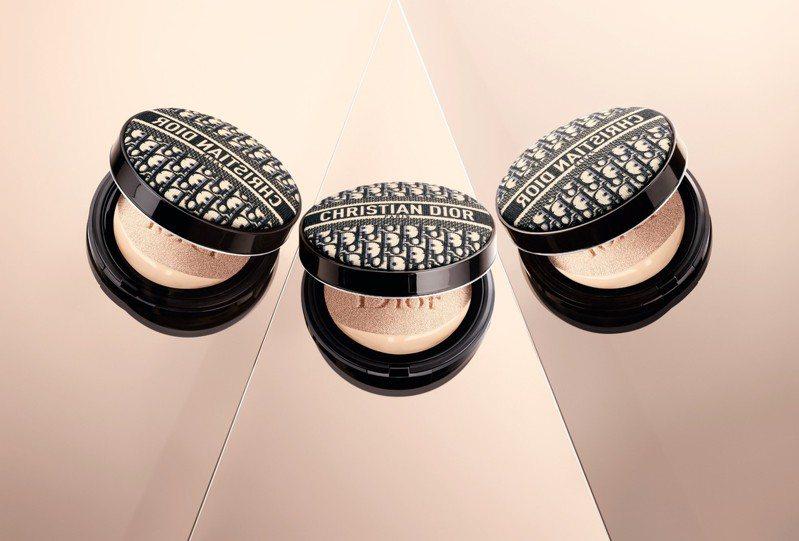 迪奧將在7月1日再度開賣「超完美柔霧光氣墊粉餅經典緹花版」,極限量登場。圖/迪奧提供