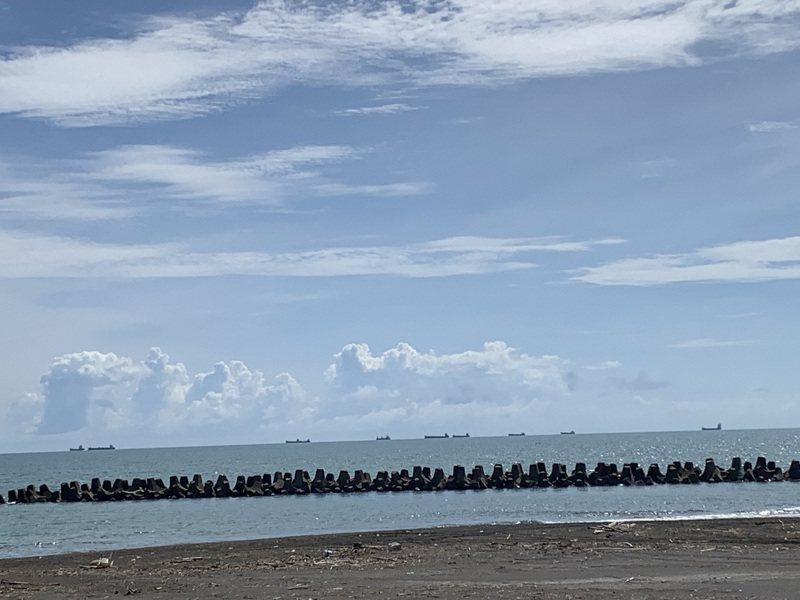 近來高雄外海出現許多商船,從茄萣海灘看過去,停泊不走的商船如同海上艦隊,北高雄漁民飽受困擾。圖/立委邱志偉服務處提供