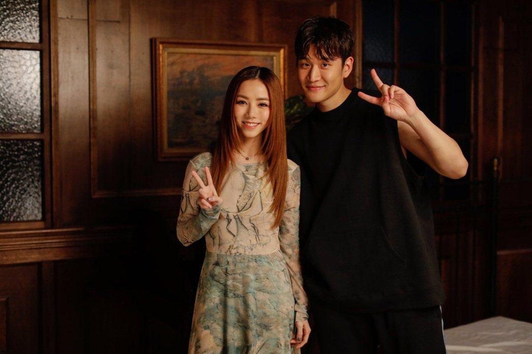 鄧紫棋(左)、周興哲在新歌「別勉強」唱出心碎情緒。圖/索尼提供