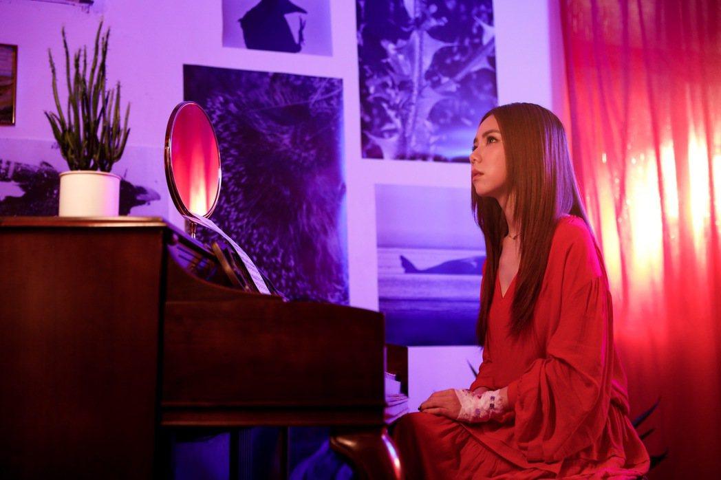 鄧紫棋(左)在新歌「別勉強」唱出心碎情緒。圖/索尼提供