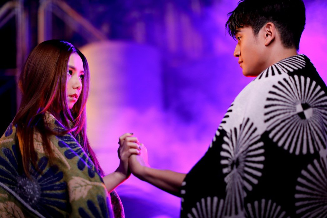 鄧紫棋(左)在與周興哲在新歌合作。圖/索尼提供