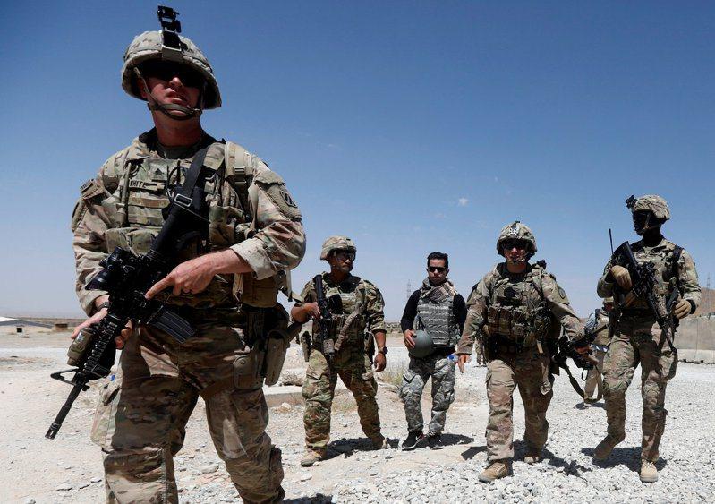 紐約時報披露俄國提供懸賞,利誘神學士暗殺駐阿富汗美軍。圖為美軍2018年8月在阿富汗洛加爾省的基地巡邏。 路透
