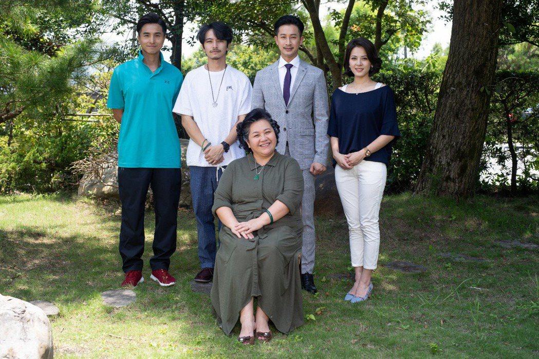 鍾欣凌(前)在「我的婆婆怎麼那麼可愛」中飾演王少偉(後左起)、楊銘威、Darre...