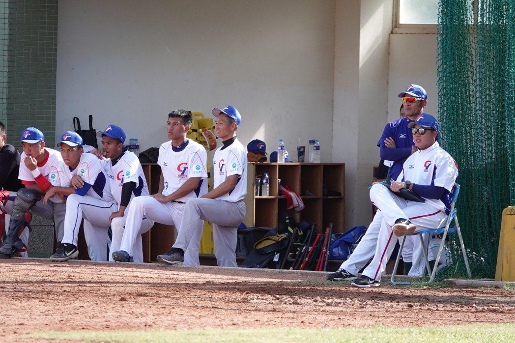 吳柏宏(右)認為今天球員還在找比賽感覺。聯合新聞網/攝影