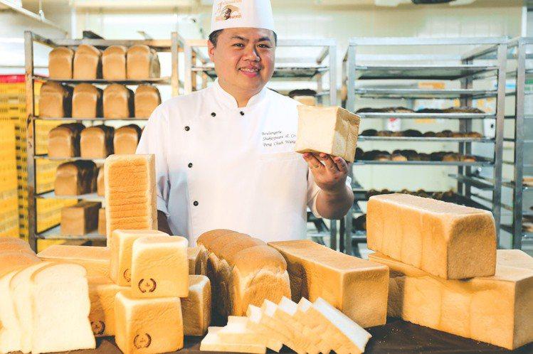 家樂福7月開賣「自製生吐司」找來2018年世界麵包大師王鵬傑指導。圖/家樂福提供
