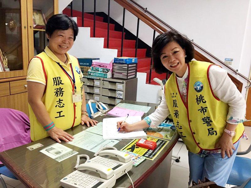 桃園市警察局志工大隊長蕭美玲(右),帶領警察志工做服務。記者曾增勳/翻攝