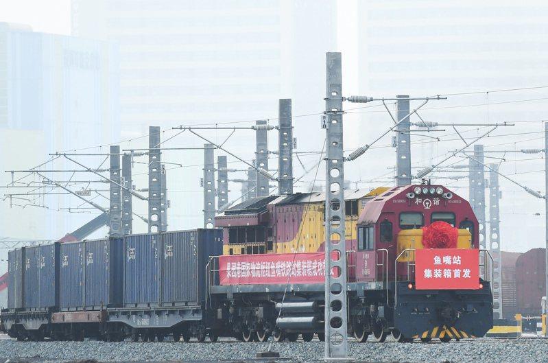 重慶果園港魚嘴鐵路貨運站集裝箱首班班列發車。(中新社)