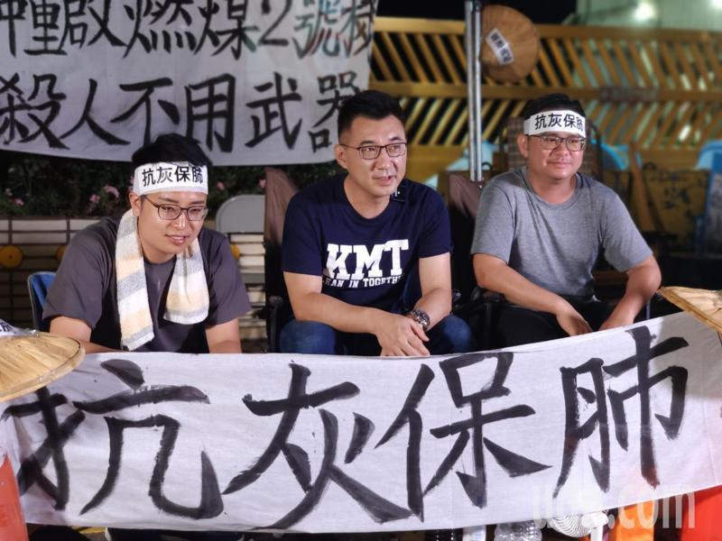 國民黨主席江啟臣(中)公開呼籲大家前往台中發電廠聲援兩議員。圖/黃健豪提供