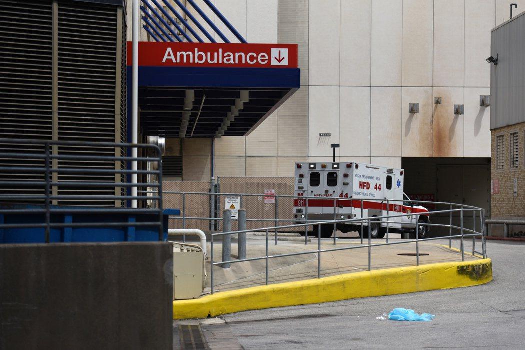休士頓疫情嚴峻,圖為一輛載送病患救護車28日抵達衛理公會系統醫院急診室畫面。路透