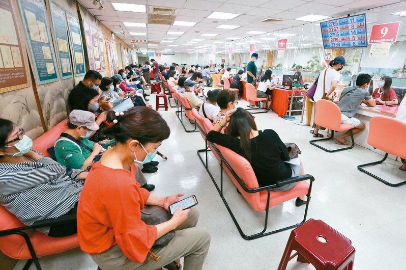 今天是報稅最後一天,國稅局昨天仍擠滿報稅人潮。記者胡經周/攝影