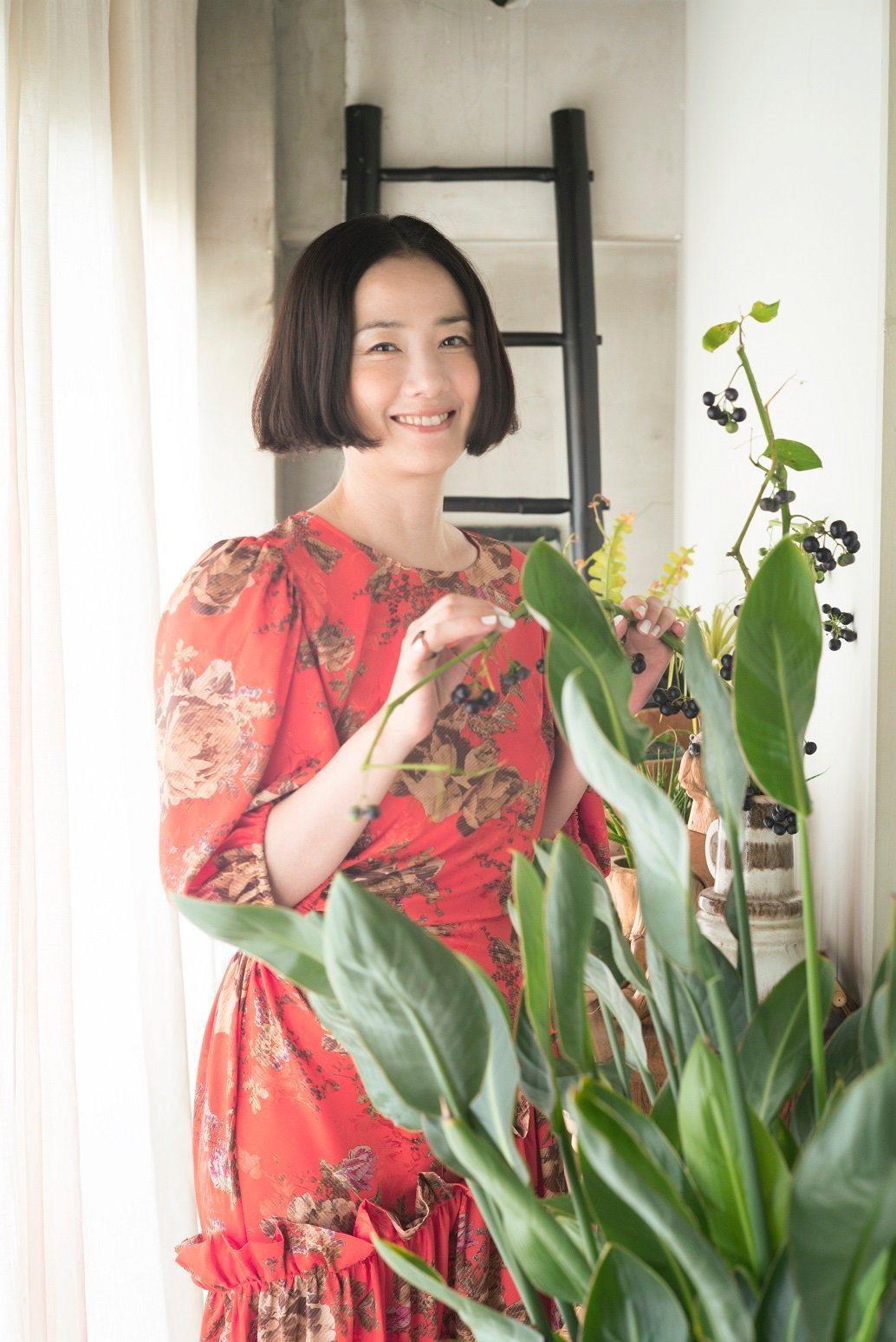 「角落小夥伴電影版:魔法繪本裡的新朋友」找來現年52歲依舊活耀在日本演藝圈的女星...