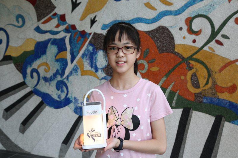 新北市今年市長獎是價值800元的手提燈藍芽音箱。圖為板橋區海山國小市長獎獲獎學生6年6班葉柚岑。圖/新北市教育局提供