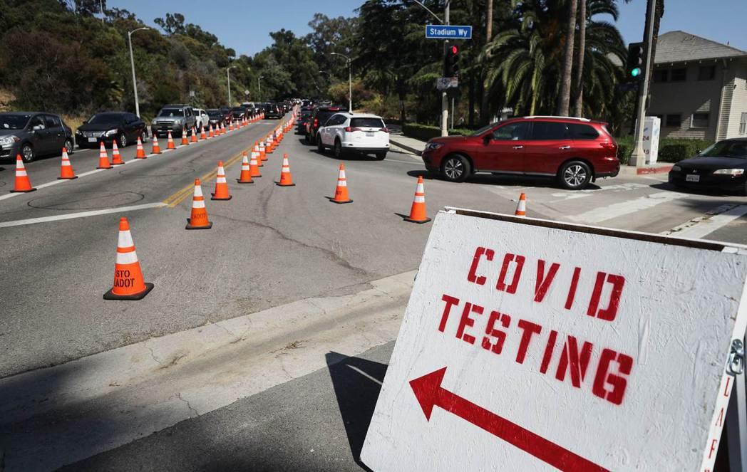 全球疫情仍舊相當嚴峻,圖為美國洛杉磯市區道路一個引導民眾前往進行新冠病毒檢測的路...