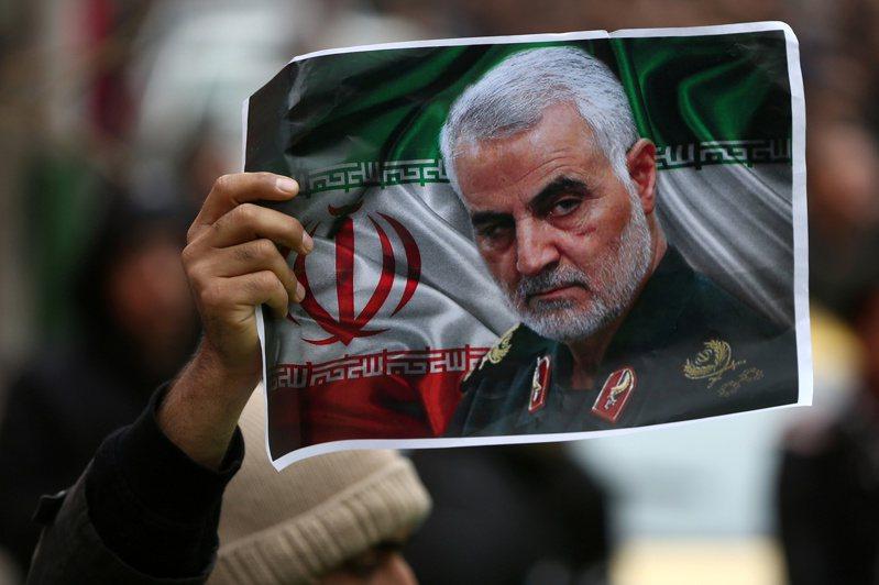 伊朗媒體廿九日報導,伊朗要求國際刑警組織,對卅六名涉嫌暗殺指揮官蘇雷曼尼的各國政治與軍方人士發布紅色通緝令。 (路透)