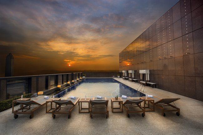 大倉久和大飯店的頂樓露天溫水游泳池也成都會輕旅行的一大優勢。圖/大倉久和大飯店提...