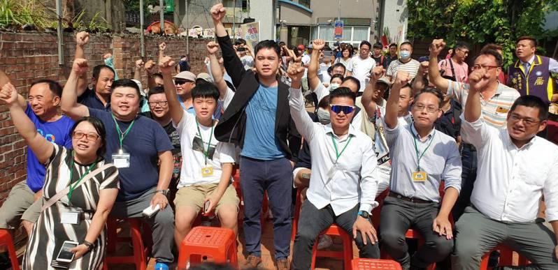 罷免王浩宇總部成立活動,到場者喊口號大氣。 記者鄭國樑/攝影
