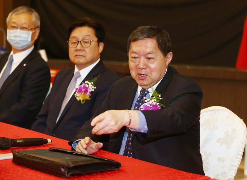 遠東新世紀上午舉行109年度股東常會,遠東新董事長徐旭東(右)出席。記者曾原信/攝影