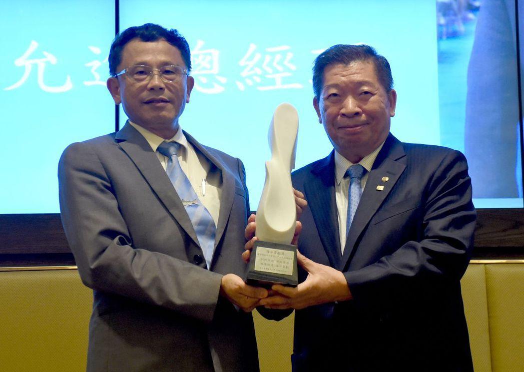 張清風校長(左)與般若科技創辦人林允進博士合影。 臺海大/提供