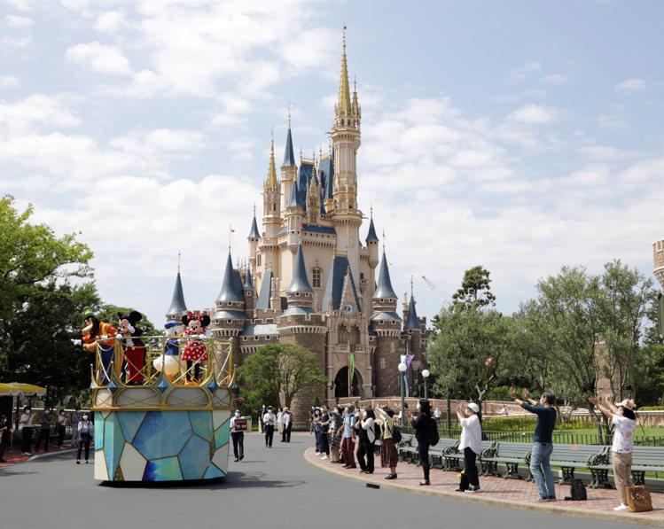 日本東京迪士尼樂園將於7月1日採限制人數方式重新開園,園內的吉祥物也會跟遊客保持...