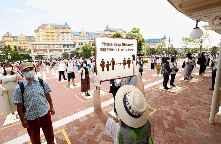 日本東京迪士尼樂園將於7月1日採限制人數方式重新開園。園方籲請遊客屆時戴口罩、保...