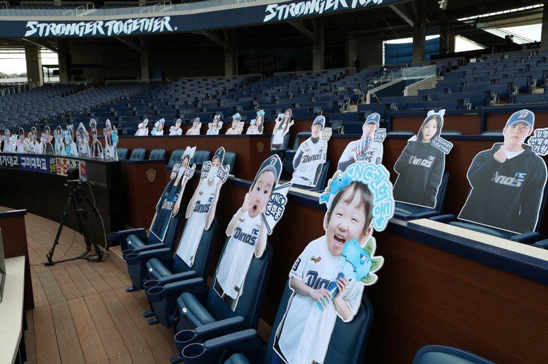 韓國職棒(KBO)雖然將開放球迷進場觀賽,但仍將採取禁止在座位上喝啤酒、吃炸雞及歡呼等種種限制。 路透