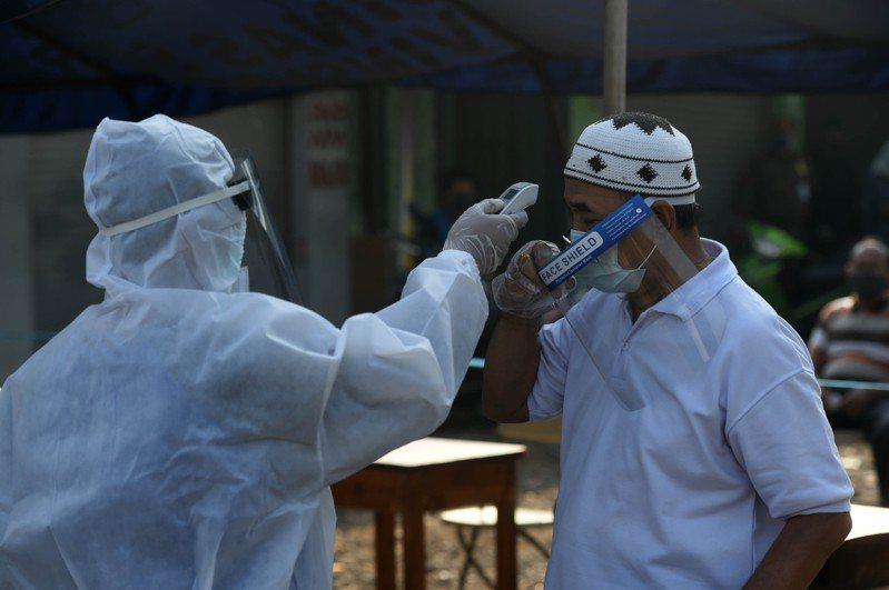 印尼今天通報1293例新增確診,總確診達5萬6385例,其中2876人死亡,2萬4806人康復。圖/新華社