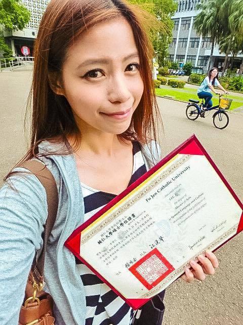 蘿莉塔秀出自己碩士班畢業證書。 圖/擷自蘿莉塔臉書