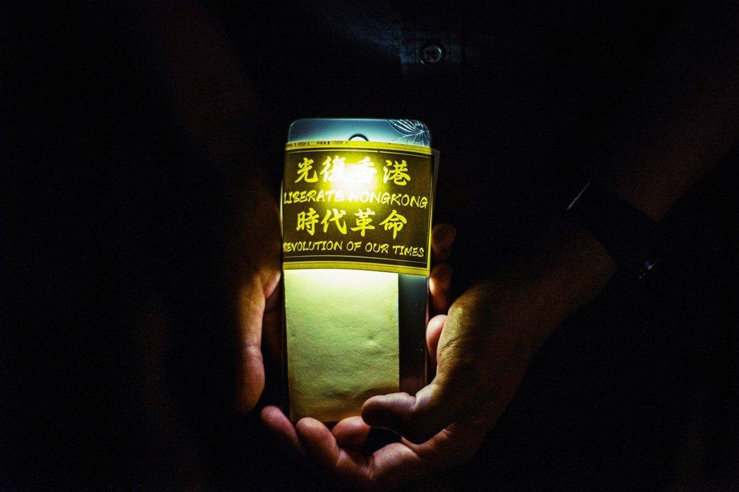 「寧化飛灰,不作浮塵...我深願香港能奮然而起,征服未來,到時候,歷史也必為之動...