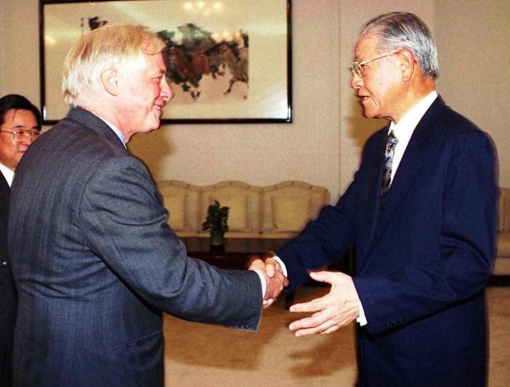 1998年,彭定康曾在台北與時任台灣總統李登輝會面。兩人皆堪稱中國官方的眼中釘,...