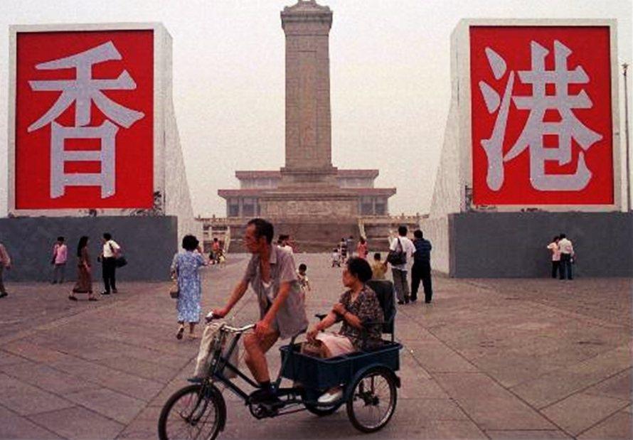 1997年香港七一主權移交前夕,在北京天安門廣場上,聳立著偌大的香、港二字。 圖...