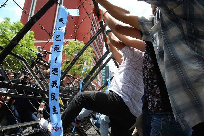 ��民�h支持者在立法院外�援抗�h,�K企�D破�木荞R。 �D/�合�笙蒂Y料照