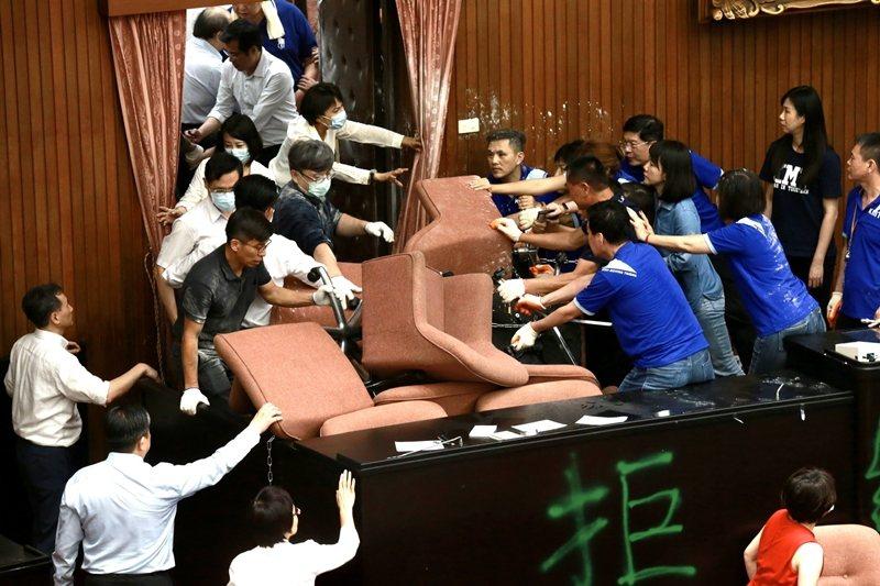 國民黨占據立法院議場與主席台,與民進黨立委雙方進行近身肉搏戰。 圖/聯合報系資料照