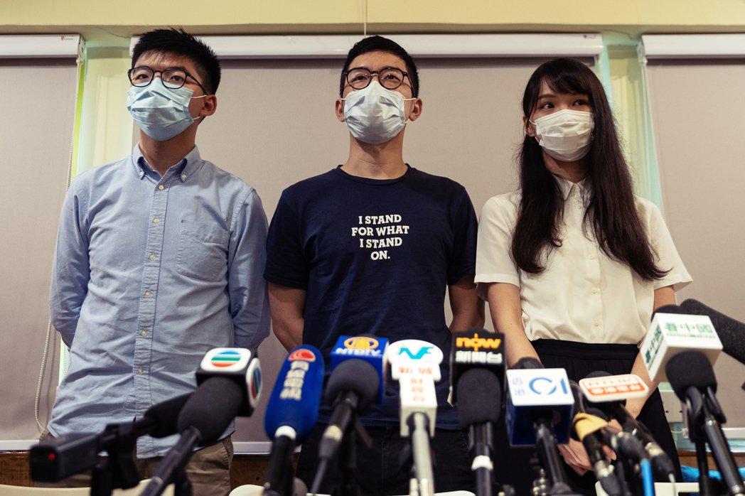 香港眾志的創始成員黃之鋒、周庭和羅冠聰,紛紛在中午對外公布退出香港眾志。 圖/歐...