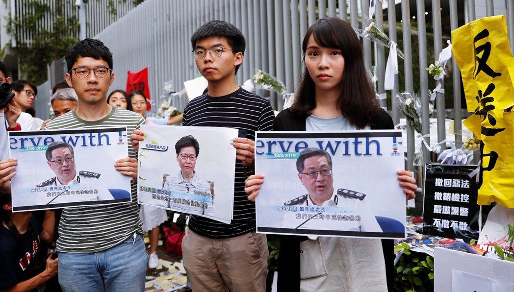 圖為2019年6月18日的反送中抗爭,由左至右:羅冠聰、黃之鋒、周庭。 圖/路透...