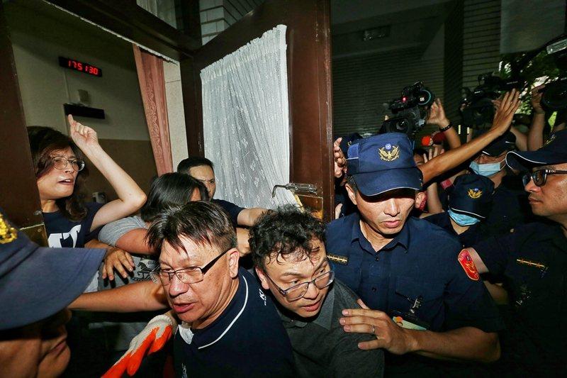 6月28日,立法院舉行臨時會前夕,國民黨突襲議場鎖門,並與警方爆發衝突。 圖/聯合報系資料照