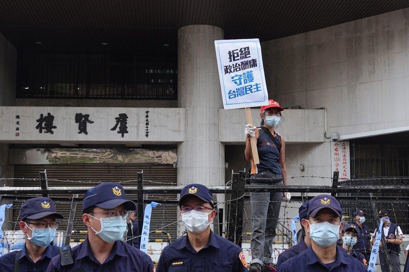 ��民�h支持者在立法院外�援抗�h。 �D/�合�笙蒂Y料照