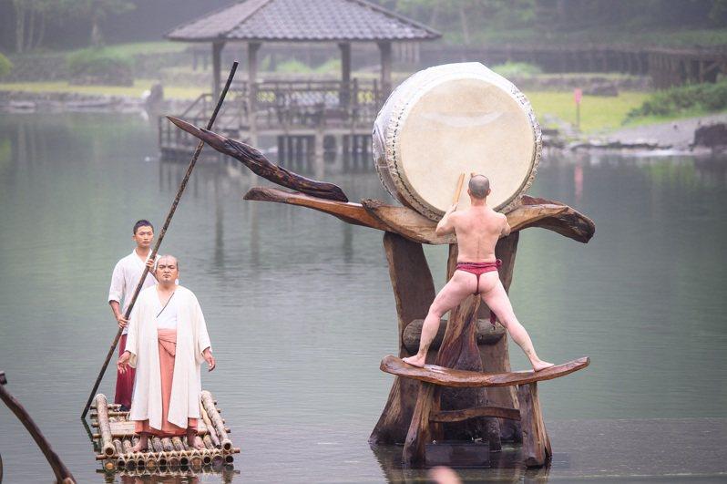 力麗觀光將優人神鼓經典劇目「聽海之心」搬上明池水劇場。 圖/力麗觀光