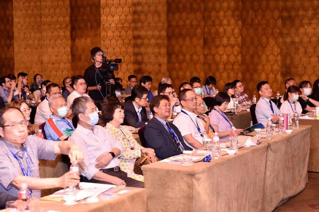 上百位教育界及補教界來賓參與發表會,了解台灣教育產業的發展與願景。 蔡尚勳/攝影