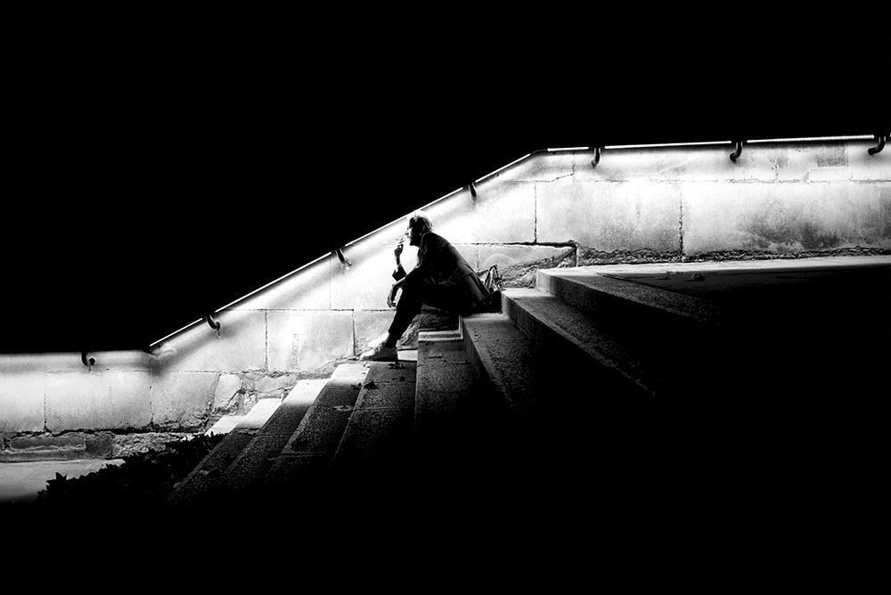 Alan Schaller 選擇城市的日常作為背景,結合光線、陰影、視角和環境來...